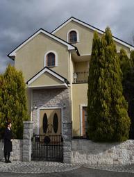 見た目にも「家」のような葬儀場。玄関から靴を脱いで上がる=三田市けやき台1