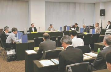 専門家で構成する宮城県有識者検討会。女川原発2号機を巡る議論は深まっていない=2018年6月