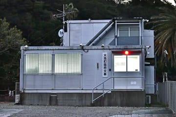 【小型鯨類の追い込み網漁が行われる畠尻湾の前に設置されている臨時交番(19日、和歌山県太地町で)】
