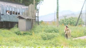 第3話より。東京に向かう四三(中村勘九郎)を見送る幼なじみスヤ(綾瀬はるか) - (C)NHK