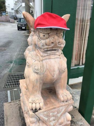 帽子をかぶったシーサー