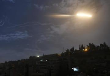 シリア・ダマスカスの国際空港付近で、空に向かって飛んでいくミサイル=21日(国営シリア・アラブ通信提供、AP=共同)