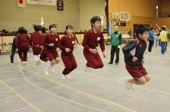 高梁で児童400人が縄跳び競う