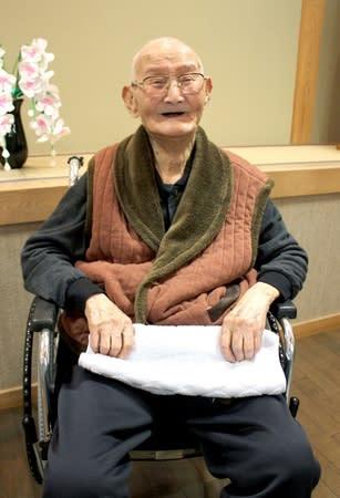 男性の国内最高齢と聞き、笑顔の渡辺智哲さん=21日、上越市浦川原区