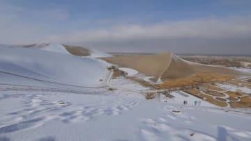 白いシルクロード 降雪後の敦煌鳴沙山·月牙泉風景区