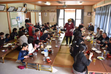 大勢の人が藤見地区産のそばを味わった試食交流会