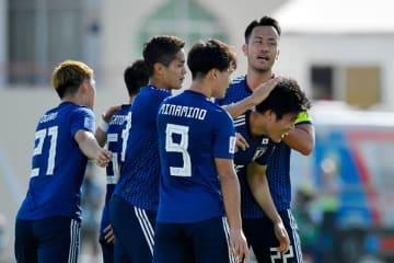 冨安の先制弾を喜ぶ日本代表メンバー photo/Getty Images