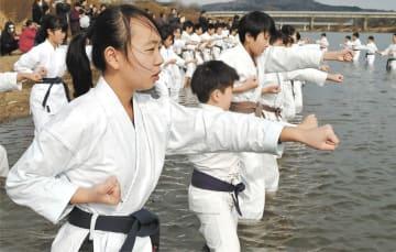 川に入って突きの練習をする子どもたち