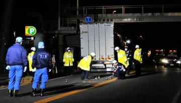 事故現場で実況見分を行う茅ケ崎署員ら=21日午後8時15分ごろ、茅ケ崎市小和田3丁目