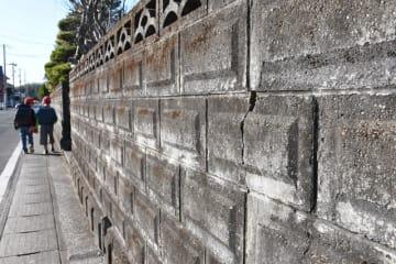 県内の通学路にある安全対策が必要なブロック塀。工事費用の補助がないことなどから、改修が進んでいない