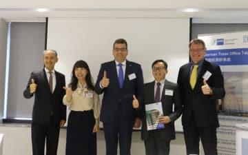 会見に臨むドイツ経済弁事処のアクセル・リンブルク処長(中央)=21日、台北(NNA撮影)