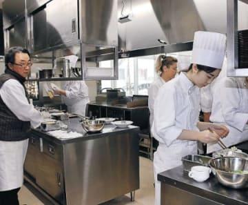 プロと並んで厨房に 富山調理製菓専門学校でシェフ小室さん指導