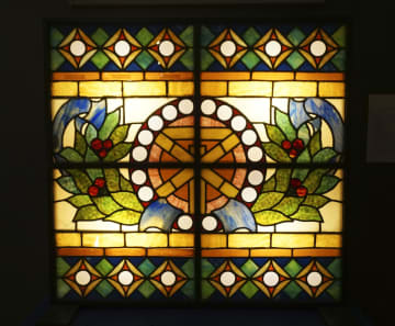 「大阪くらしの今昔館」に展示されている、旧大阪市庁舎の玄関ホールにあったステンドグラス=大阪市