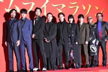イベントで記念撮影するバーナード・ローズ監督(右端)と出演者