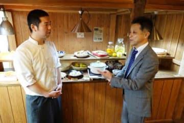空き家を改修したレストランで、今後の事業展開を話し合う米倉さん(左)と寺本さん