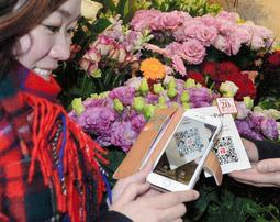 岡本商店街で始まったキャッシュレス決済。QRコードにスマートフォンをかざすだけで買い物ができる=神戸市東灘区岡本1