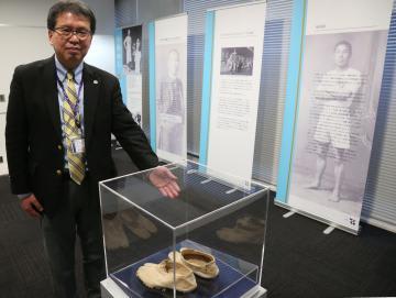 日本人初の五輪選手・金栗四三を紹介する特別展。会場には金栗が履いていた足袋などが展示されている=つくば市天王台の筑波大