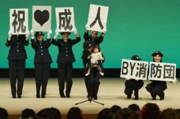 成人式で消防団への入団を呼び掛ける女性団員=竹田市総合文化ホール