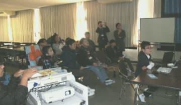 日本科学未来館に展示された最先端技術について学習する生徒=21日、別府市の別府支援学校