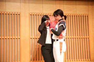 涙ぐむ三浦伊織(左)に声をかける川端友紀【写真提供:日本女子プロ野球リーグ】