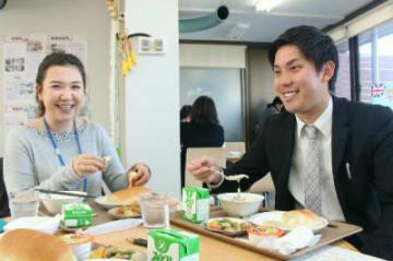 学校給食をモチーフにした定食を食べる来店者=21日、県庁別館