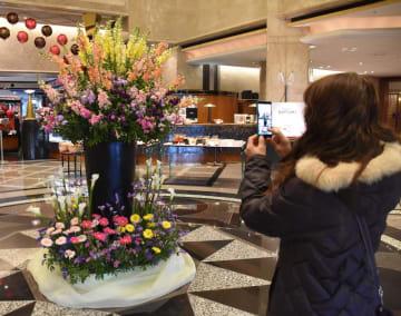 ロビーに展示し、千葉県産花の魅力をアピール=千葉市美浜区のホテルニューオータニ幕張