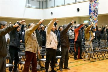 熊本城マラソンを盛り上げる大応援団を結成し、「ガンバロー」と気勢を上げる飽田地区の住民ら=熊本市南区