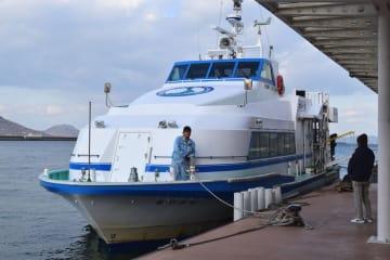 大島と高松を結んでいる連絡船=高松港