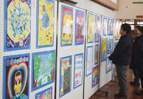 市内小中学生のアイデアが光る選挙啓発ポスター作品展