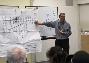 平和案内人と長崎平和ガイドに向けて講話する中村さん=長崎原爆資料館