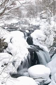 幻想的な真冬の造形美、伊達・大滝三階滝の結氷進む