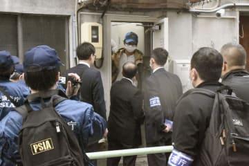 アレフの施設へ立ち入り検査に入る公安調査庁の職員=22日午前、名古屋市