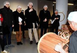 酒樽(さかだる)の製造風景を見学する「クラマスター」の審査員ら=神戸市東灘区魚崎西町1、菊正宗樽酒マイスターファクトリー