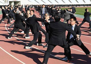 刃物を持った暴漢を制圧する技術を訓練する警官たち=21日、大阪市東住吉区のヤンマースタジアム長居