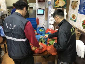 マカオ税関と市政署食品安全廳による取り締まりの様子(写真:澳門海關)