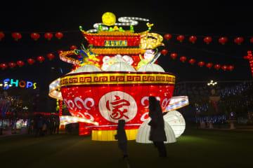 迎春灯会のライトアップ開始 江蘇省南通市