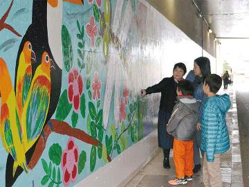 カラフルな絵で彩られたトンネル内
