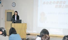 女性に身近な犯罪の対策や傾向について講演した小野係長