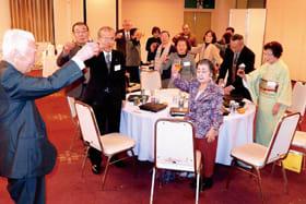 「明るく楽しい一年にしよう」と乾杯した室蘭年金受給者協会の新年交流会