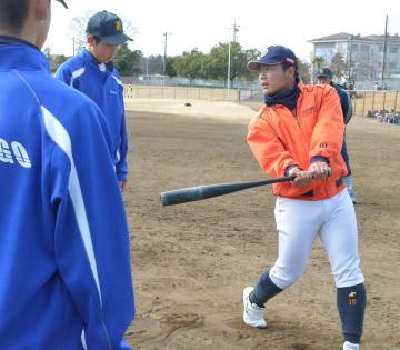 バッティングを指導する日立製作所野球部の岡崎啓介選手=常陸太田市大里町の大里ふれあい広場野球場