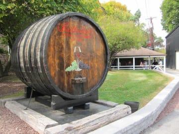 大きなオーク樽に描かれた「ブラザーフッド・ワイナリー」のロゴ