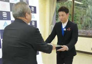 中嶽弘継村長(左)から認定書を受け取る高村公平さん=水上村
