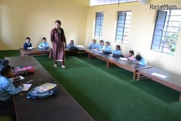 支給された座卓で授業を受ける子どもたち