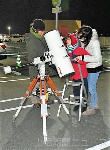 月のクレーター「見えた」 イオン屋上で観測 高崎