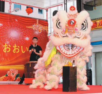 春節祭で、留学生たちが勇壮な獅子舞を披露=大分市のガレリア竹町ドーム広場
