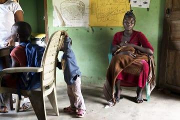 MSFの診療所にやってきたエリザベスさんは、カメルーン人の夫と2人の子どもとナイジェリアで暮らす © Albert Masias