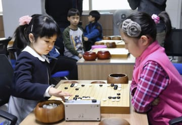 同年代の少女と練習する仲邑菫さん(左)=22日、ソウル(共同)