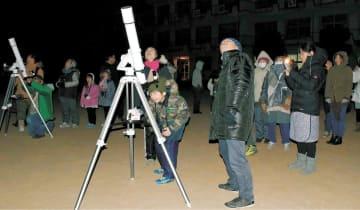 大島の親子連れなどを対象に開かれた星の観察会