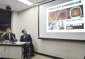 記者会見する長崎大大学院の金高賢悟教授(左)=22日午後、長崎市