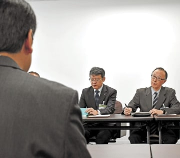 遺族の要望を受ける佐々木教育長(右)ら=21日午前10時15分ごろ、仙台市役所